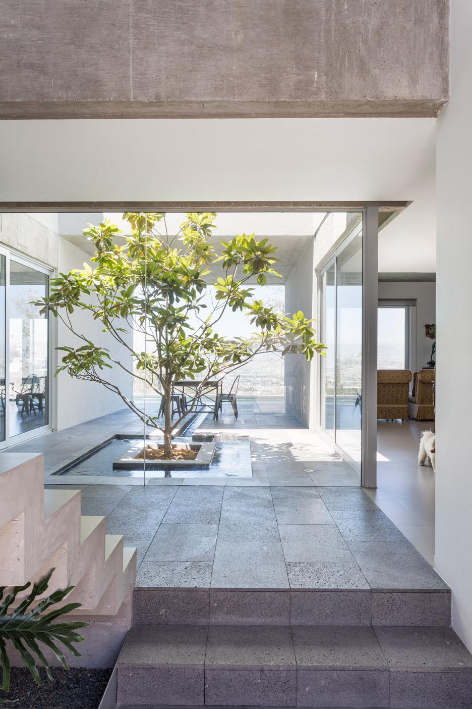 Casa con patio interior simple casa de pueblo con patio for Barbacoa patio interior